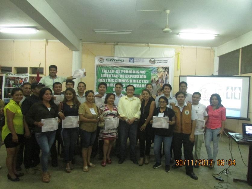 Glatzer Tuesta al centro, junto a participantes del taller. Foto: CAAAP