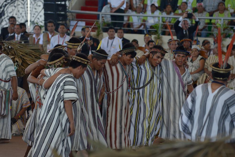 Jóvenes del pueblo Asháninka danzando en la presentación del Papa Francisco en el Coliseo Madre de Dios de Puerto Maldonado, el pasado 19 de enero. Foto: Miguel Arreátegui Rodríguez