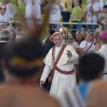 A su salida del coliseo, saludando al público. Foto: Miguel Arreátegui Rodríguez
