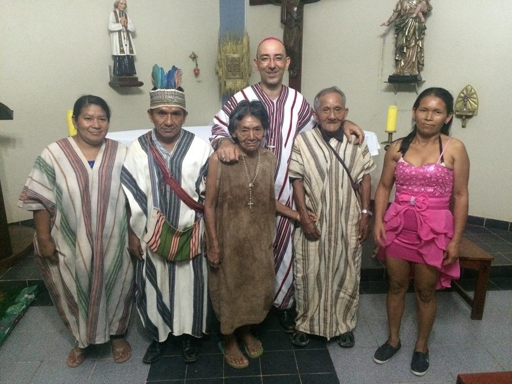 Casi al centro, monseñor David Martínez de Aguirre y delante Luzmila y Adán. A ambos lados, sus hijos, entre ellos Noé. Foto: CAAAP