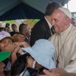 """Papa Francisco en su visita a la casa hogar """"El Principito"""" en Puerto Maldonado. Foto: Miguel Arreátegui"""