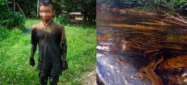 Advierten grave desatención tras derrame en Lote 192. Imagen muestra a menor cubierto de petróleo