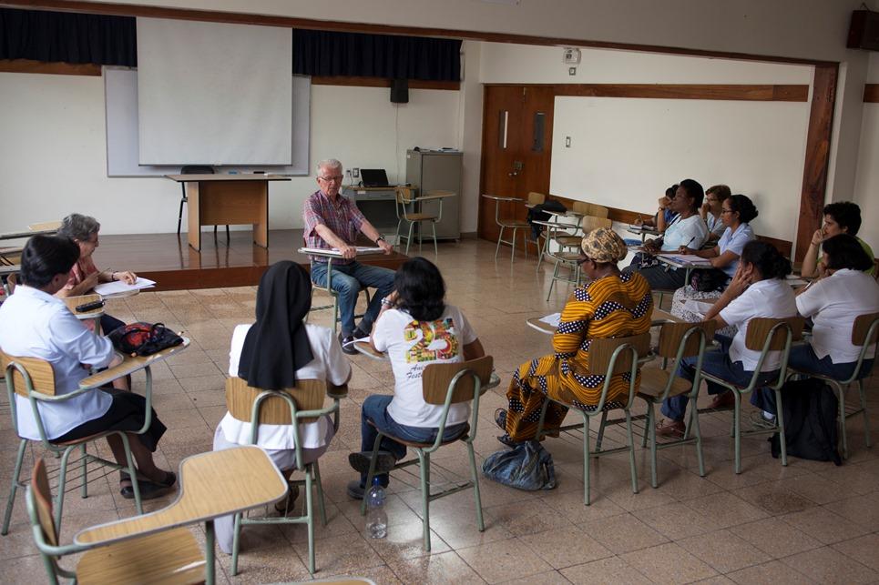 Pedro Hugues en un encuentro con misioneras de la selva peruana, el pasado 8 de febrero. Foto: CAAAP