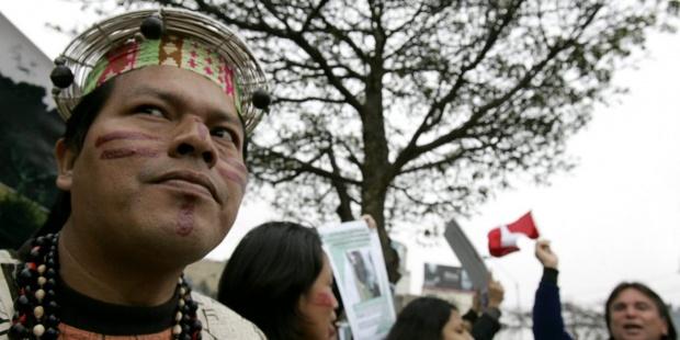 Fotografía de archivo de indígenas Shipibos en protesta en Lima. EFE/Paolo Aguilar