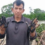 El río no se mancha. Habitante de El Porvenir muestra manos después de tocar las aguas del Pastaza. (USI)