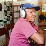 VÍCTIMA. José Piño, de la etnia amahuaca, conduce un programa de radio en lenguas étnicas. La Ley Mulder haría quebrar la radio desde la cual se emite.