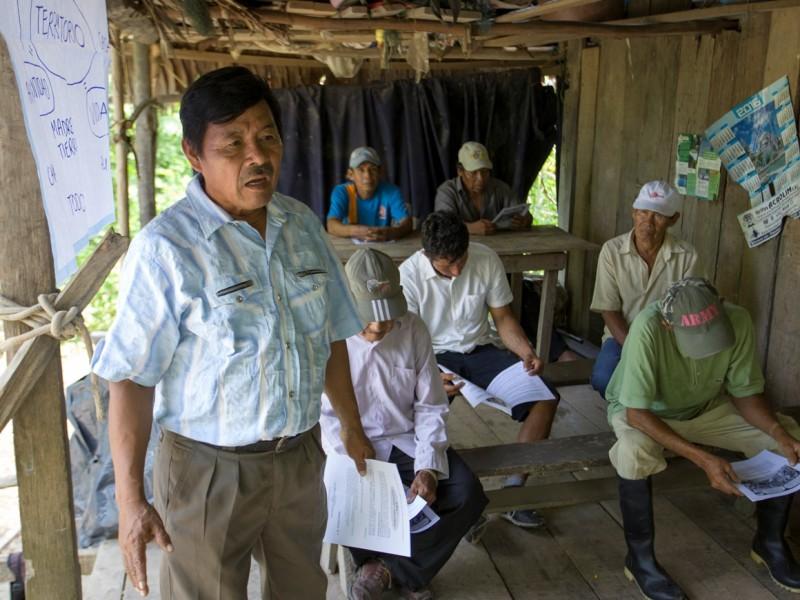 Apu Rusber Castornoque en un taller sobre territorio en la comunidad de Tarapacá. Foto: CAAAP