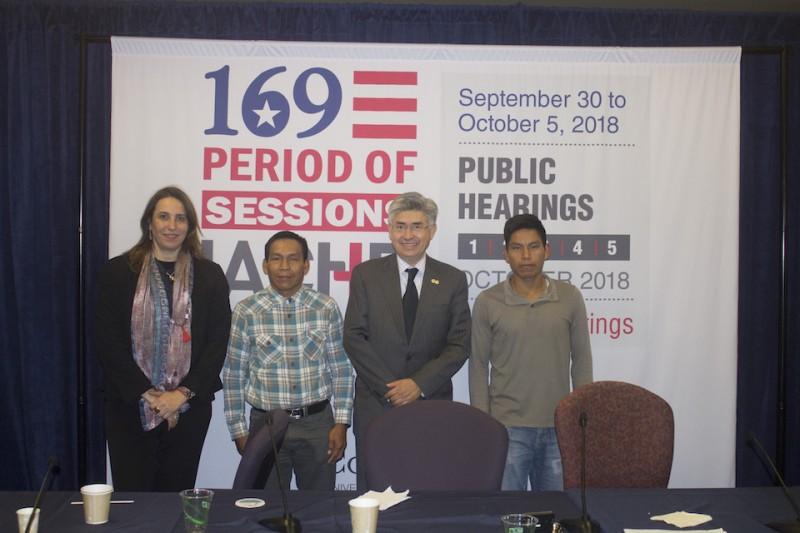 Representantes de la CIDH con pus del Marañón.