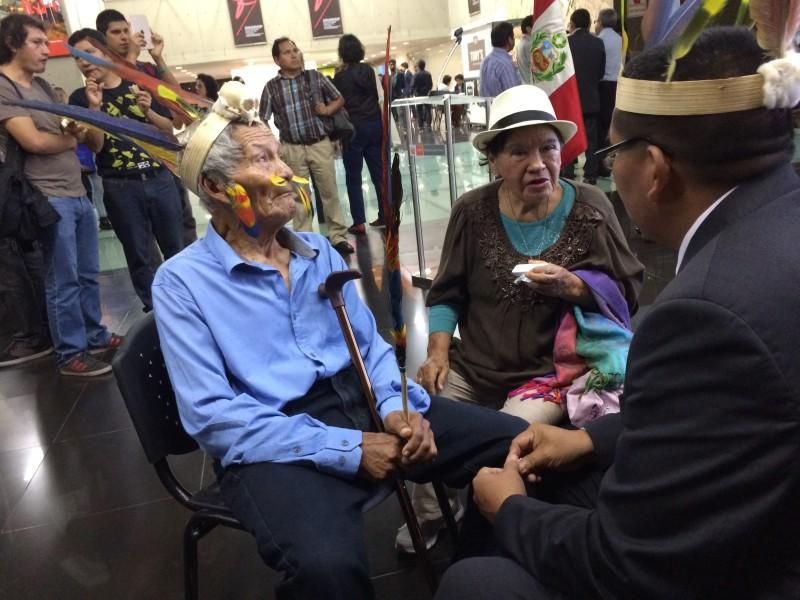 En la imagen, de camisa celeste, 'Sontone', padre de Héctor Sueyo. Año 2017, luego de la presentación de la primera edición del libro Soy Sontone, memorias de una vida en aislamiento, en el Ministerio de Cultura de Lima. Foto: CAAAP
