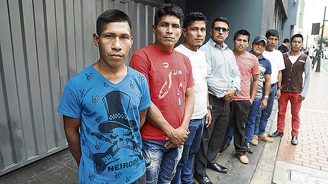 En Lima. Las autoridades indígenas junto al asesor de Odecoac Manuel Gómez, al centro. Créditos: Mauricio Malcaa