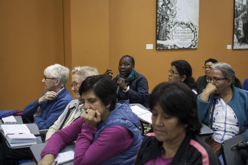En el uso de la palabra, misionera del Chad presente en foro público en Lima. Foto: CAAAP