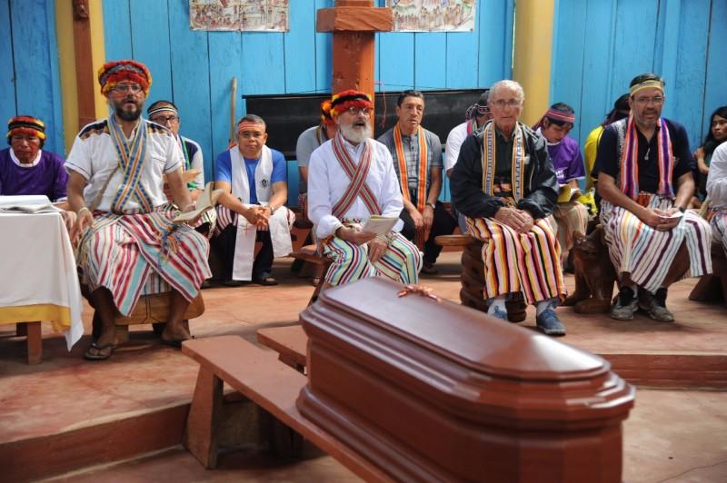 Diego Clavijo, primero desde la izquierda, en ceremonia de recibimiento del cuerpo del padre Luis Bolla a Kuyuntsa. Foto: Agencia Info Salesiana