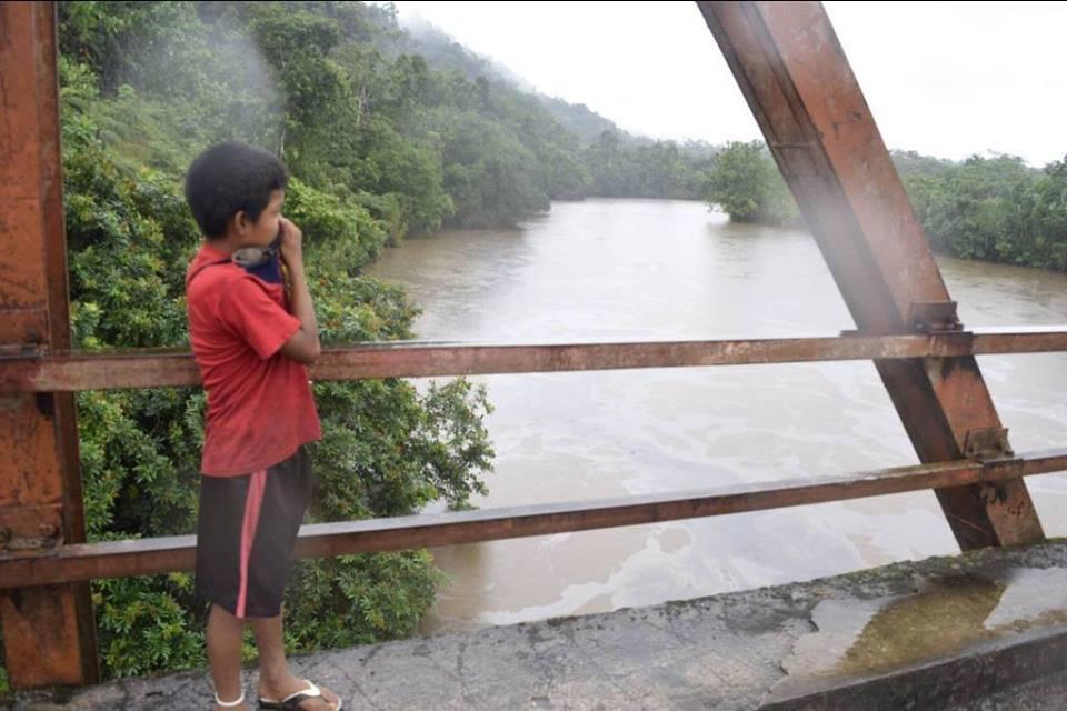 Niño contempla el desastre en la comunidada nativa de Nazareth. Foto: Gerzon Danducho.