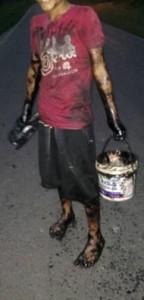 La población, en especial los niños, recogieron petróleo en la orilla a cambio de 'propinas'. Foto: Cedida