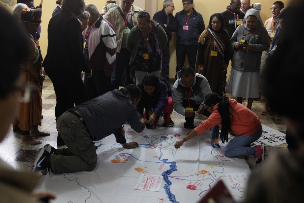 En las asambleas pre-sinodales se está considerando la problemática de las mujeres indígenas como un tema prioritario. Foto: CAAAP