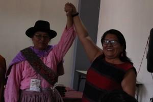 Ketty Marcelo, presidenta saliente, felicitó a su sucesora en el cargo, Melania Canales. Foto: ONAMIAP