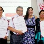 Los profesores de la UNAP posan después de la premiación. Foto: La Región