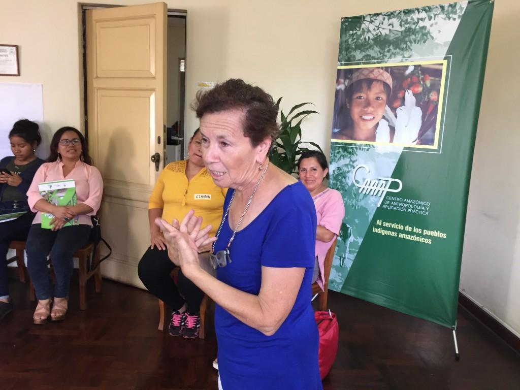 Laura Vargas informó y dialogó con mujeres de diferentes pueblos amazónicos durante el encuentro 'Mujeres Amazónicas: Rumbo al Sínodo'. Foto: CAAAP