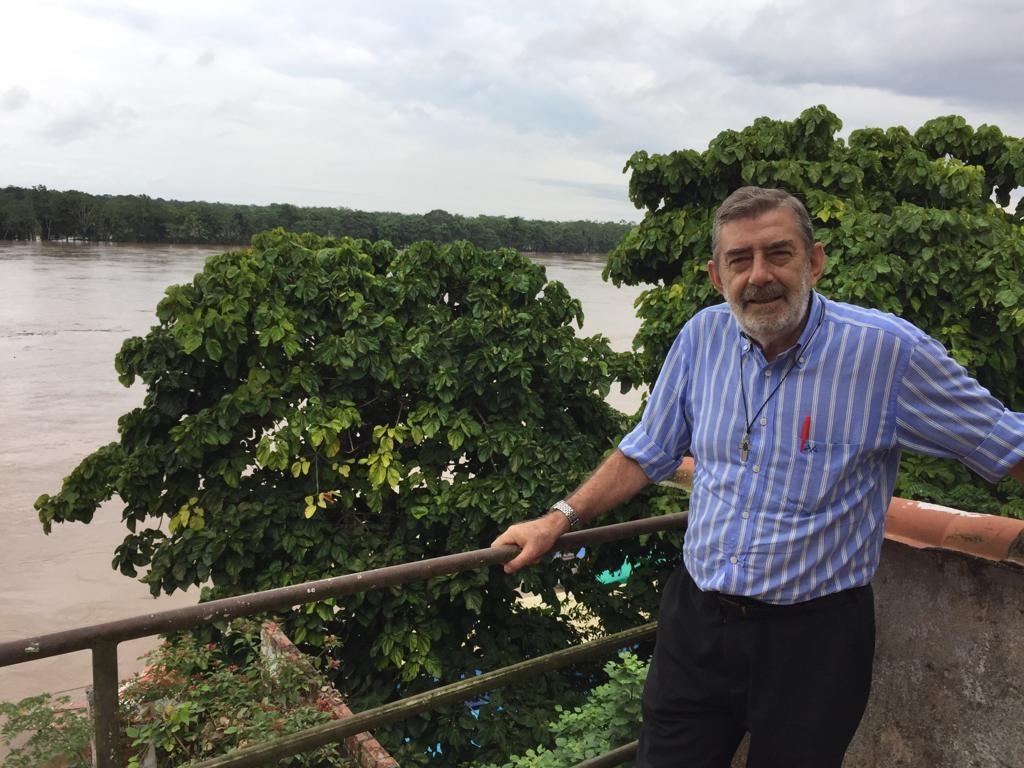 Monseñor Jesús María Aristin, ante la inmensidad del río Huallaga, en Yurimaguas. Foto: CAAAP