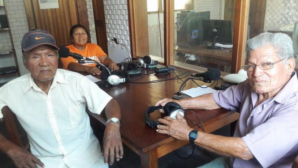 Bonangué es uno de los integrantes del equipo radial 'Voces del Saber', programa conducido por los adultos mayores del distrito de Sepahua. Ahí, junto a Teodoro Murrieta (mestizo) y Josefa Ramírez (yaminahua). Foto: Radio Sepahua