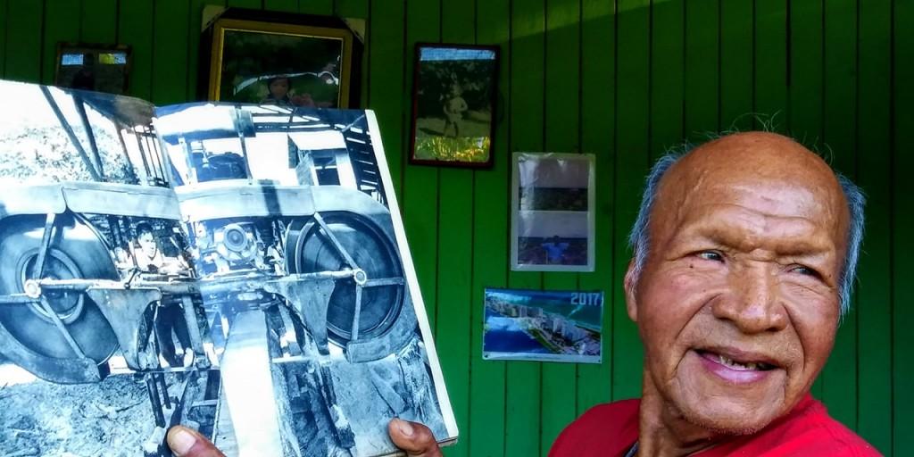 José Piño, Bonangué, en la actualidad muestra un libro antiguo donde aparece siendo joven en el aserradero de la Misión 'El Rosario'. Foto: Ángela Vilca