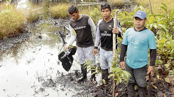 Daño. Monitor ambiental de la comunidad La Petrolera exhibe los efectos del derrame. Al lado, la tubería que expulsó el crudo.