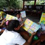 Los alumnos y alumnas de las comunidades visitadas acogieron con entusiasmo el nuevo material didáctico. Foto: Pepe Antunce