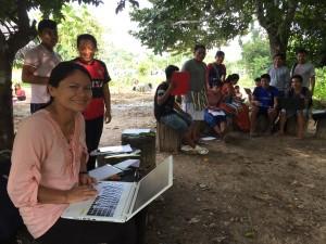 Amalia Casique, durante una clase con sus alumnos de NOPOKI. Foto: Beatriz García