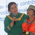 La señora Manuela Fernández Maynas, acompañada de su nieta, Doris, durante la ceremonia de premiación. Foto: B.G.B.