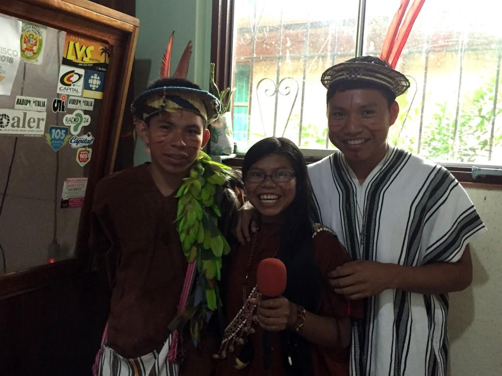 Tres estudiantes asháninkas de la UCSS NOPOKI, de Atalaya, durante el proceso de grabación en Radio San Antonio. Foto: Beatriz García