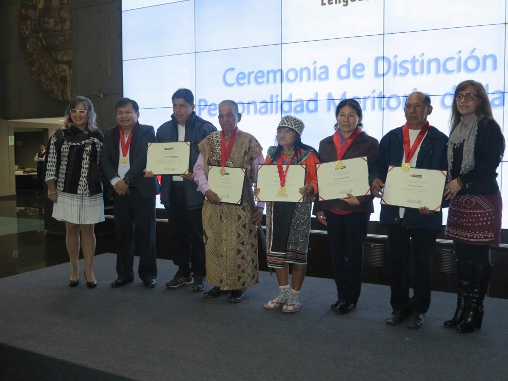 Todos los premiados, junto a la ministra de Culutura y viceministra de Interculturalidad. Foto: BGB