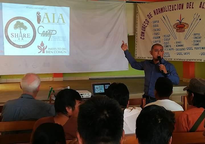 Juan Rubén Ruiz, de SHARE Amazonía, durante uno de los talleres para la aprobación del alfabeto ashéninka. Foto: Cedida