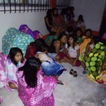 Estudiantes del internado, tras el susto, arropados en la noche en que la tierra tembló. Foto: Jaime Palacio