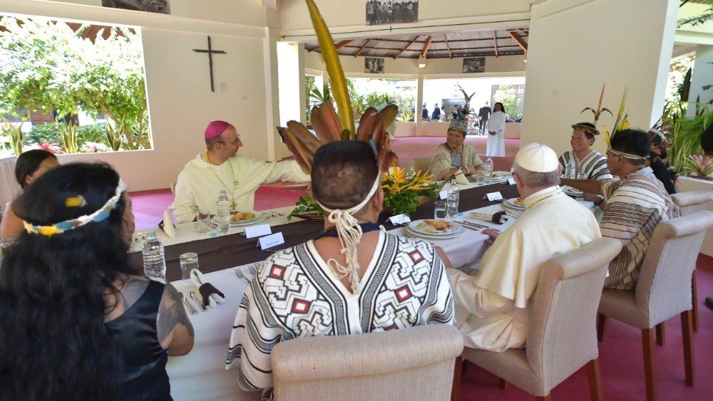 El Papa Francisco y Mons. David Martínez en Puerto Maldonado