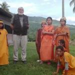 Monseñor Gerardo visita constantemente las comunidades. En la imagen con una familia asháninka de Puerto Ocopa (Junín), en diciembre de 2018. Foto: Cáritas Selva Central