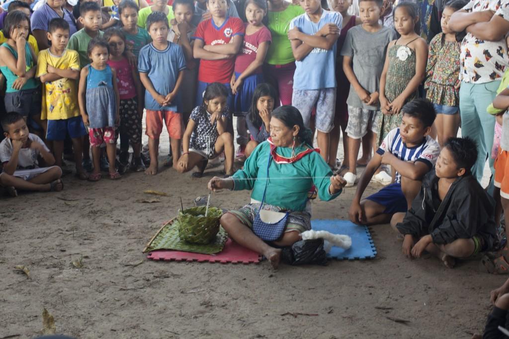 Demonstración de hilado a base de algodón en Victoria Gracia durante el lanzamiento de caravana de autonoía pueblo Shipibo Konibo Xetebo. Foto: COSHIKOX