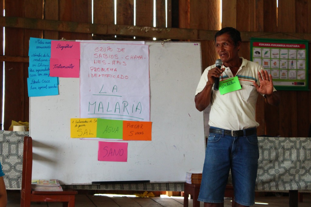 Apu Welington de la comunidad Libertad de Choroyacu explicando el remedio para la malaria. Foto: Rebecca Pagani