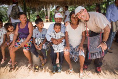 Monseñor David, junto a los fundadores de la comunidad nativa Santa Teresita. Foto: Cedida