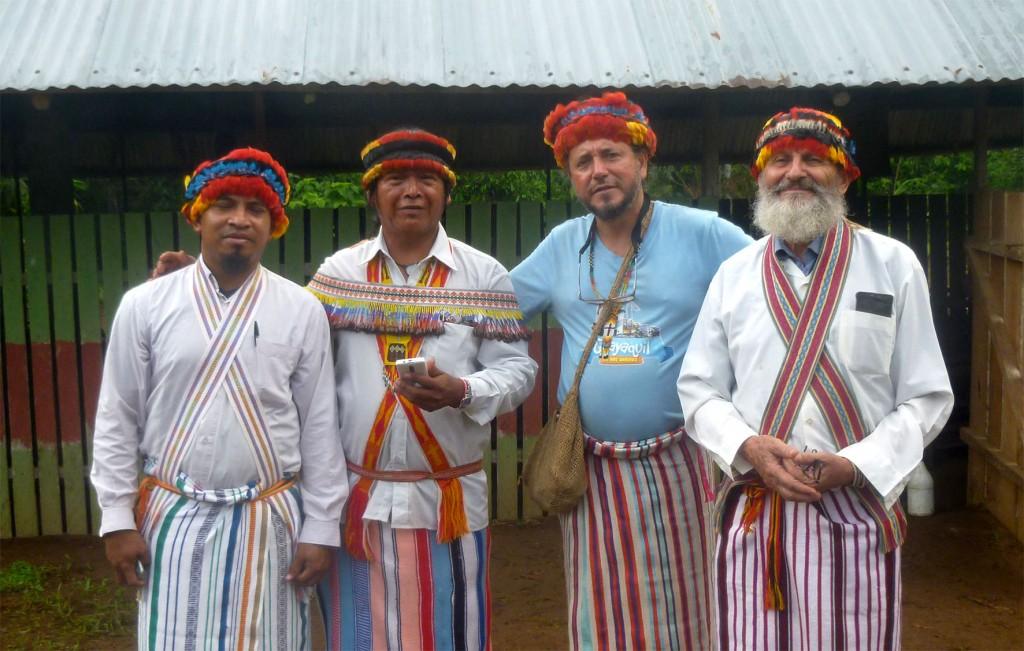 El padre Diego Clavijo - segundo por la derecha, con polo celeste - luego de una celebración eucarística y encuentro con la comunidad achuar. Foto: Cedida