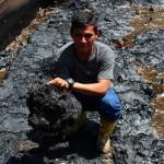Monitor de la  Comunidad Nativa La Petrolera en el sitio contaminado.  Foto: Rebecca Pagani