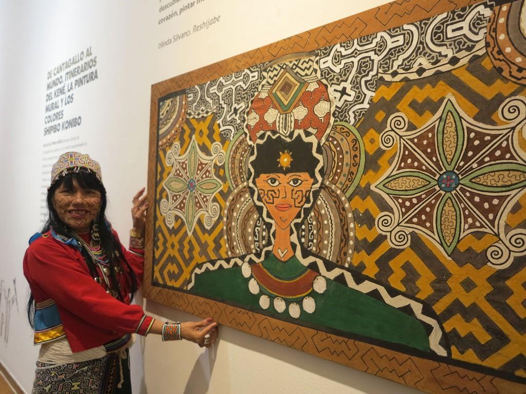 Olinda Silvano muestra su obra 'La Mujer Pensante'. Foto: Beatriz García