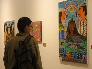 Entre el público de la exposición se pudo ver a muchos jóvenes interesados en el arte shipibo. Foto: Beatriz García