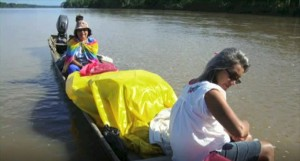 Raimunda y Arizete, durante una de tantas travesías por los ríos de la Amazonía. Foto: Cedida
