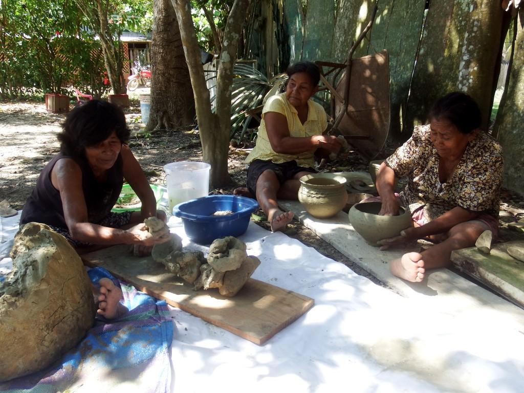 En la Amazonía, las matriarcas de las familias continúan luchando por conservar la cultura propia enseñando a sus nietas tradiciones como la elaboración de la artesanía, los cantos, los tejidos, etc. Foto: Leyre Hualde