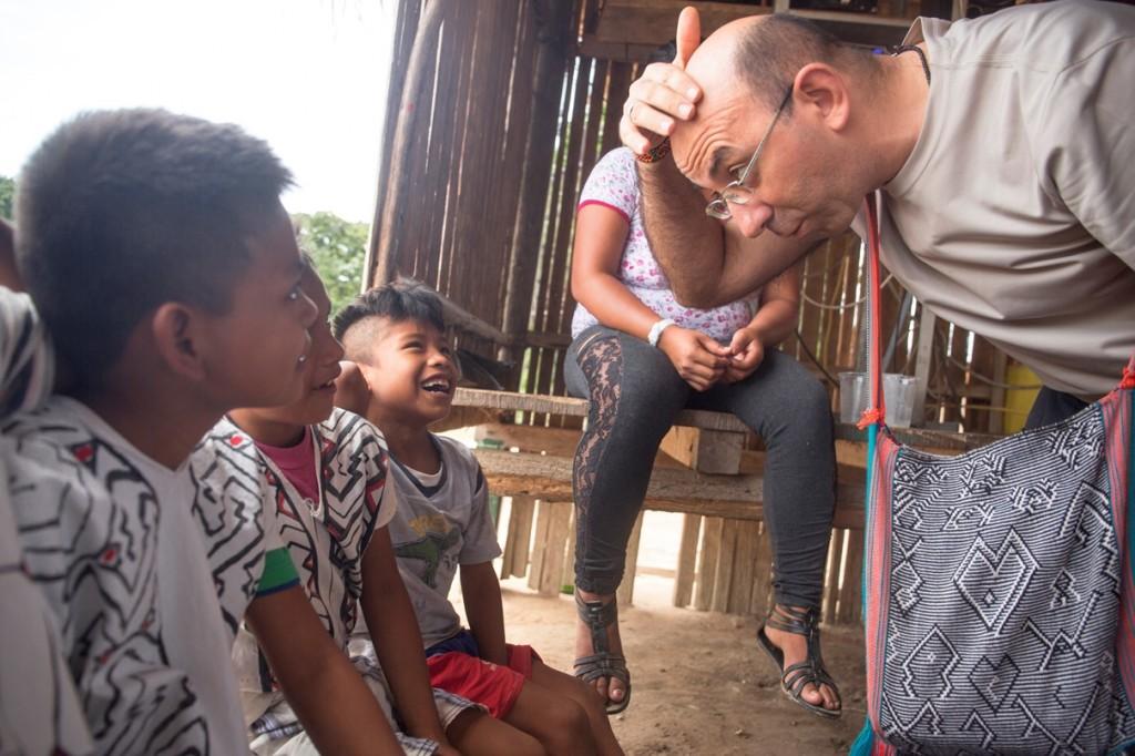 Como misionero, compartió casi 15 años de su vida con indígenas matsigenkas del Bajo Urubamba. En la imagen, con niños del pueblo yine de Santa Teresita. Foto: Pavel Martiarena