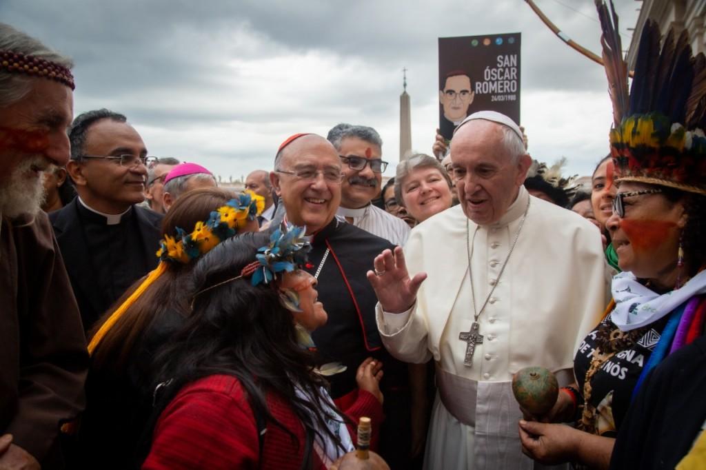 Monseñor Pedro Barreto, junto al Papa Francisco durante todo el recorrido. Foto: Cedida