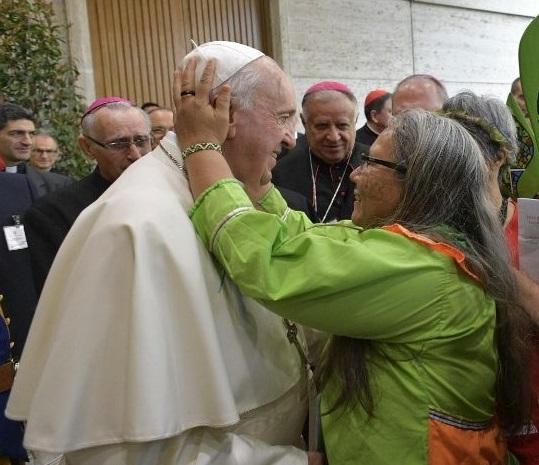 En su encuentro con el Papa Francisco, la emoción le venció y abrazó con naturalidad al Santo Padre. Imagen: Cedida