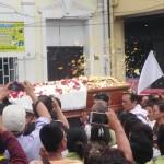 Población de Iquitos participó en la ceremonia de despedida. Foto: Verónica Shibuya