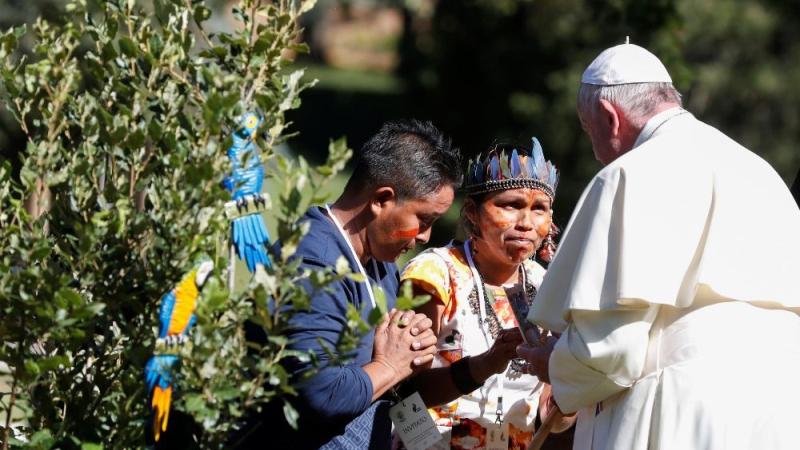 El Papa Francisco junto a representantes de los pueblos amazónicos en una celebración previa al inicio del Sínodo Amazónico. Fuente: Agencias.
