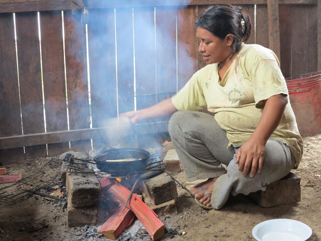Lemaire Ayachi, cocinando en la candela. Río Mishahua (Ucayali). Foto Beatriz G. Blasco